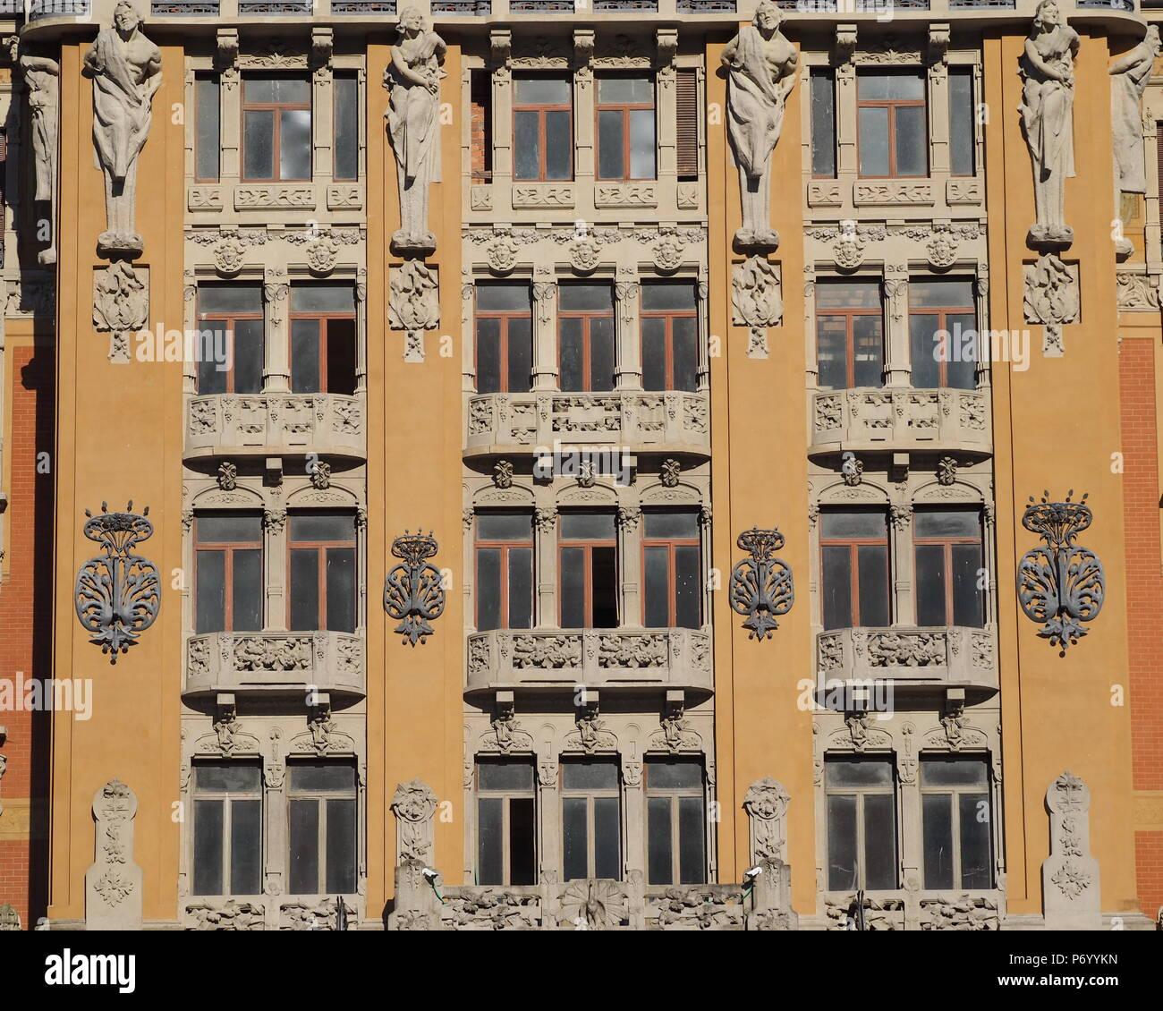 San Pellegrino Terme, Bergamo, Italia - 30 Giugno 2018: Grand Hotel in stile liberty in fase di ristrutturazione, dettagli facciata, windows Immagini Stock