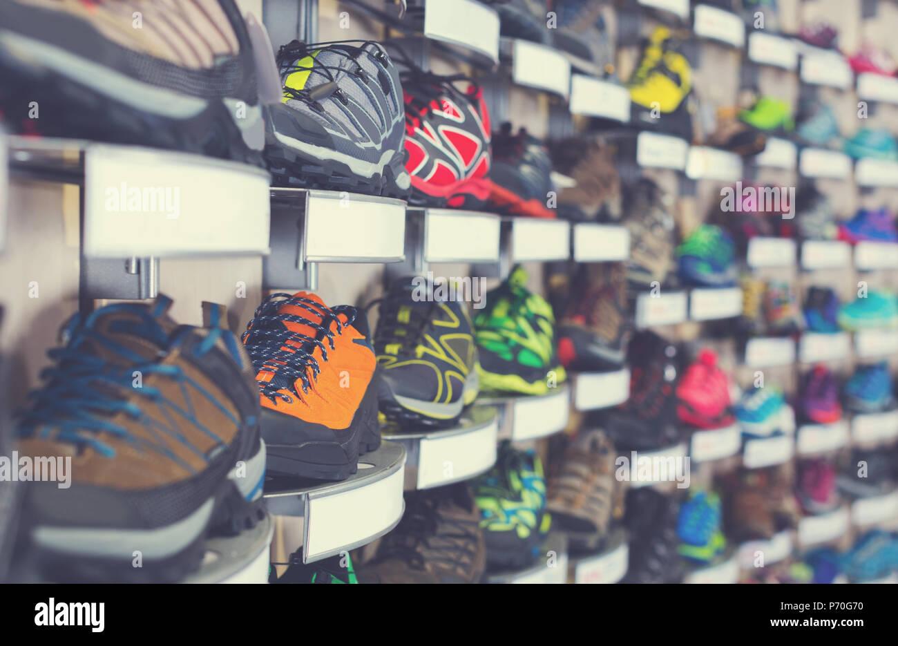 6012e9846ff8 Immagine di grande selezione di sport scarpe di colore in negozio ...