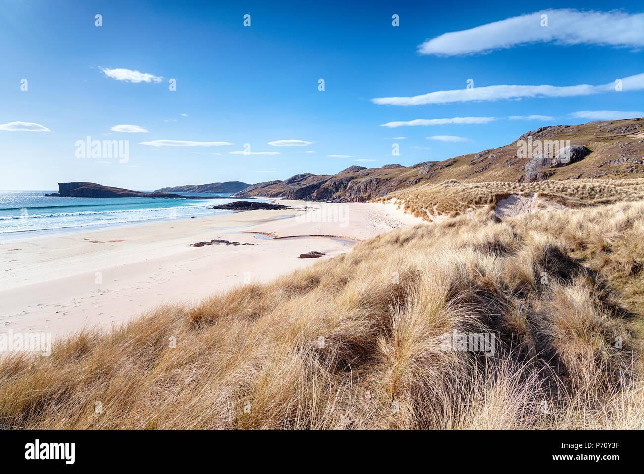 La grande spiaggia sabbiosa sostenuta da dune a Oldshoremore vicino Kinlochbervie iin Sutherland n l'estremo nord-ovest della Scozia Foto Stock