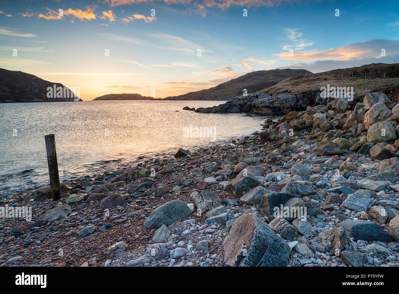 Tramonto sulle rive di Loch Bervie a Kinlochbervie nel nord ovest di Sutherland, nelle Highlands scozzesi Foto Stock