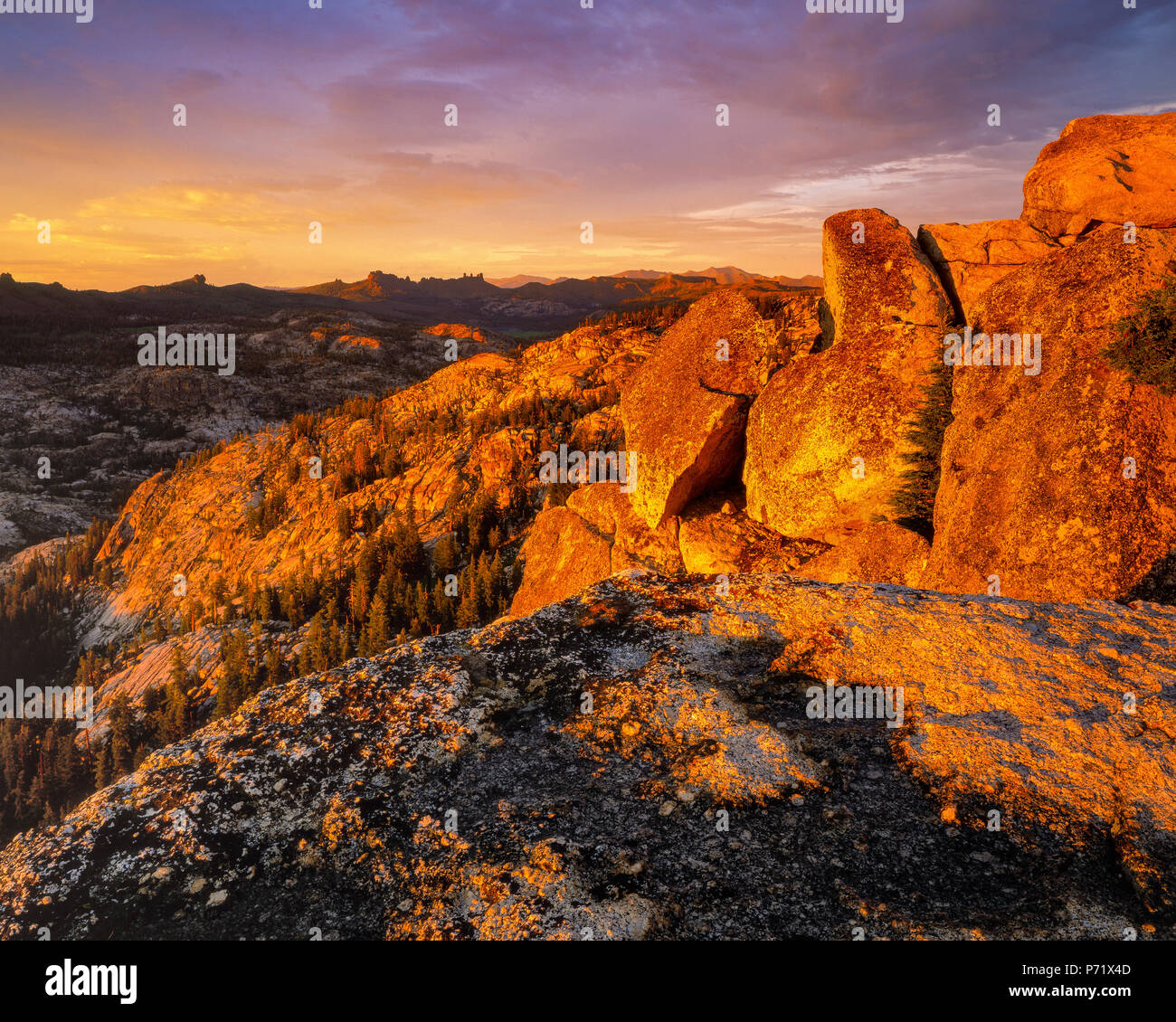 Sunset, Burst formazione di roccia, emigrante deserto, Stanislaus National Forest, Sierra Nevada, in California Immagini Stock