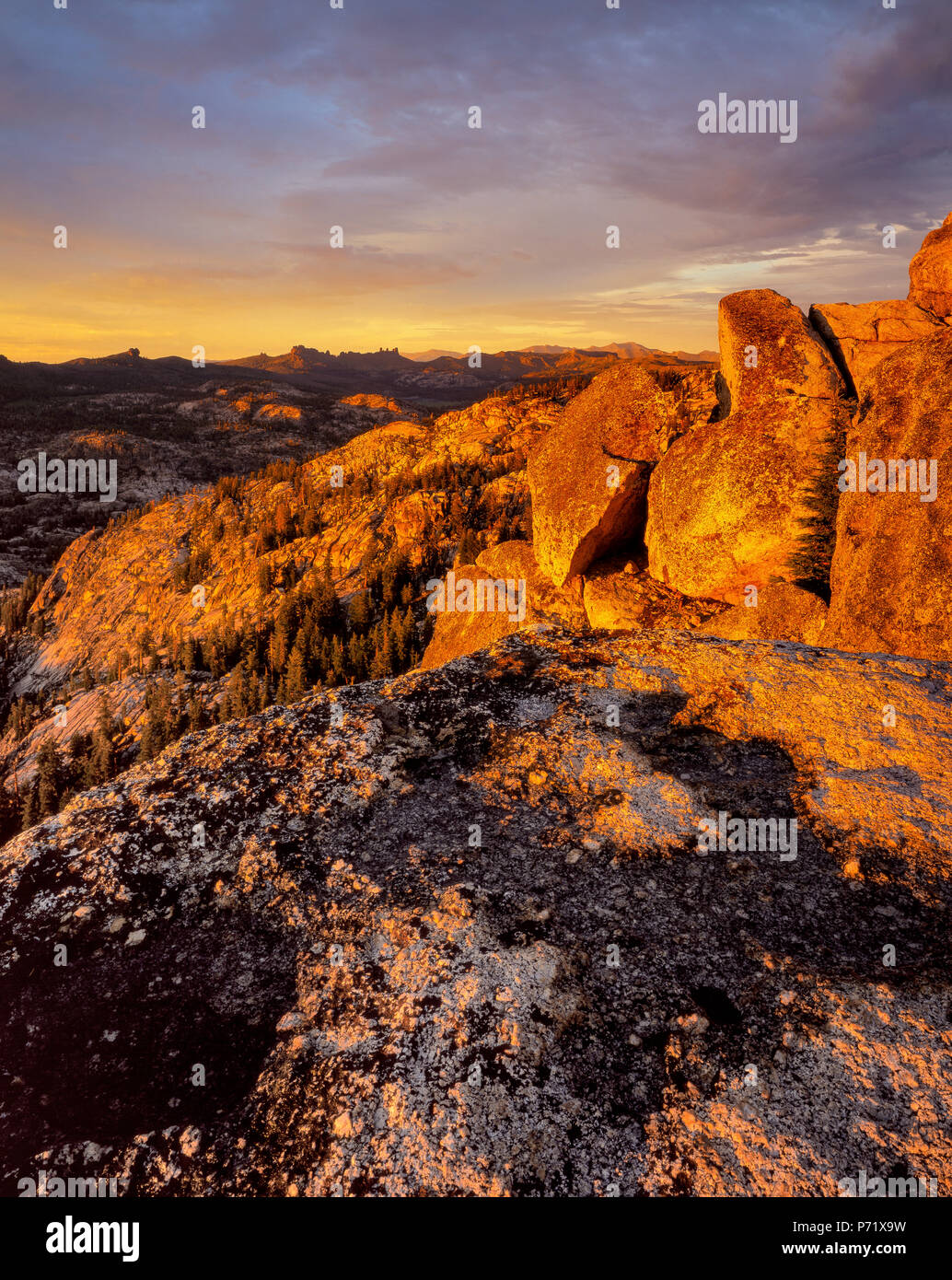Sunset, Burst formazione di roccia, emigrante deserto, Stanislaus National Forest, Sierra Nevada, in California Immagini Stock