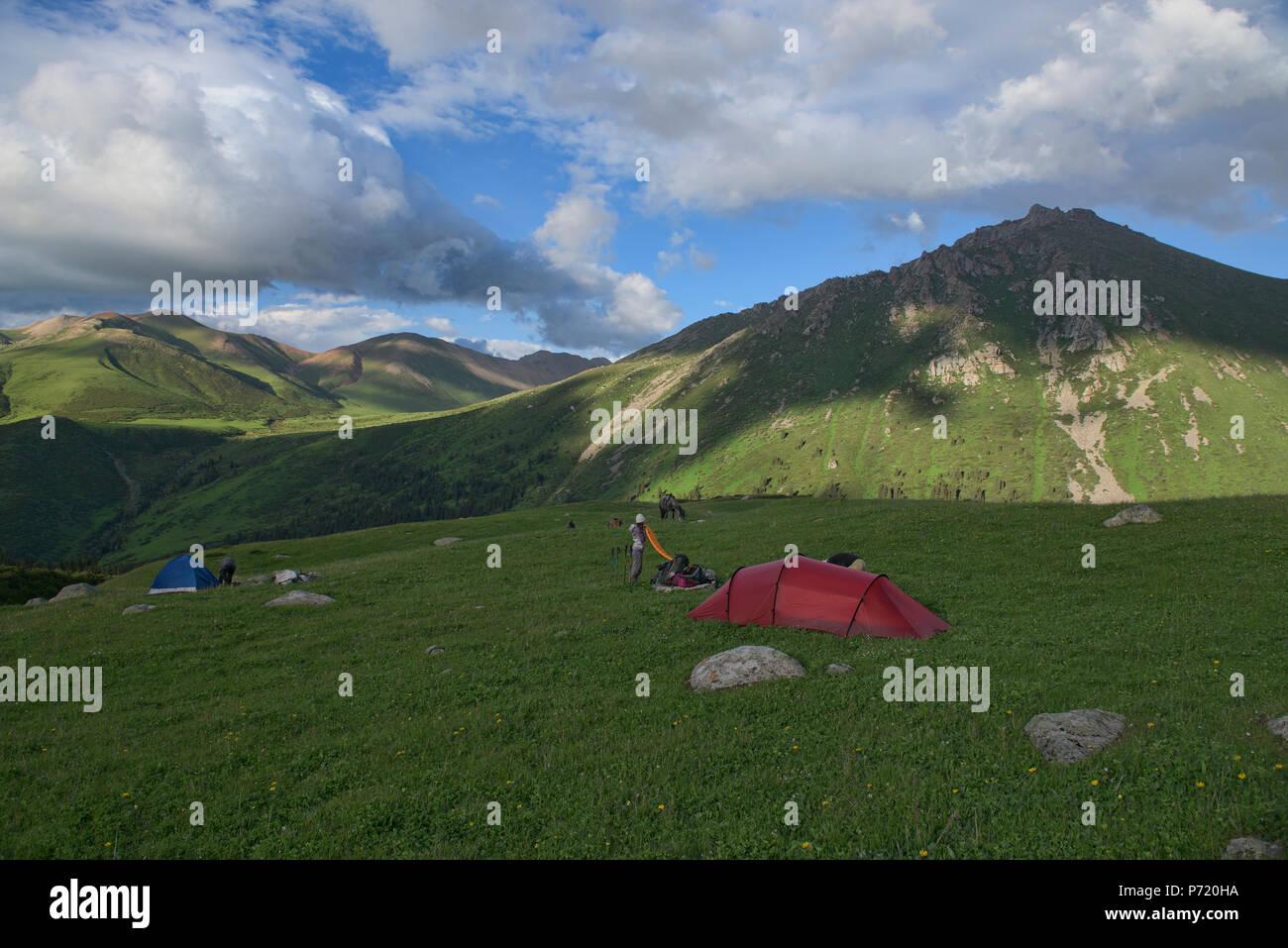 Alta alpine camp su Keskenkija Trek, Jyrgalan, Kirghizistan Immagini Stock