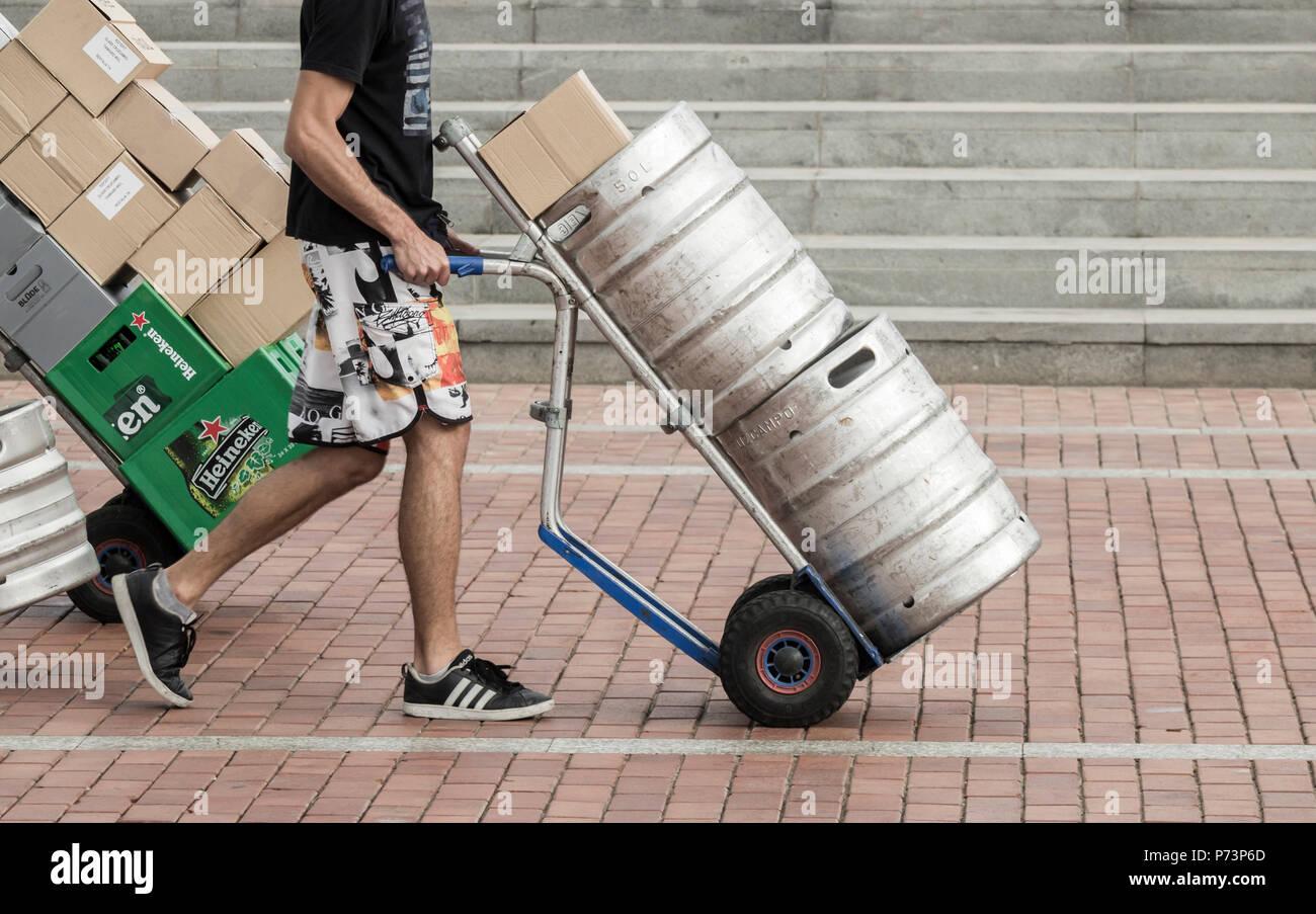 Barili di birra che viene erogata al pub. Una carenza di anidride carbonica (luglio 2018) potrebbe influenzare la fornitura di alcuni prodotti alimentari come anche la birra lager/ Immagini Stock