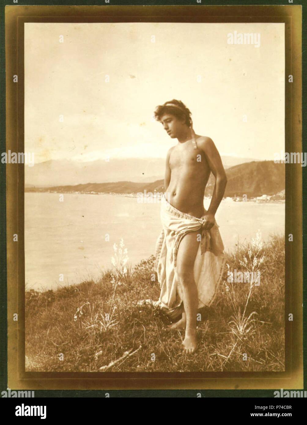 Italiano: Wilhelm von Gloeden (1856-1931), ragazzo sulla riva del mare. Numero di catalogo: 1211. Il positivo è datato 1913. Inglese: Wilhelm von Gloeden (1856-1931), ragazzo lungo la riva del mare. Numero di catalogo: 1211. La stampa è datato 1913. . Circa 1900. Stampa: 1913. 129 Gloeden, Wilhelm von (1856-1931) - n. 1211 r - datato 1913 - da - Gloedeneries p. 29 Immagini Stock