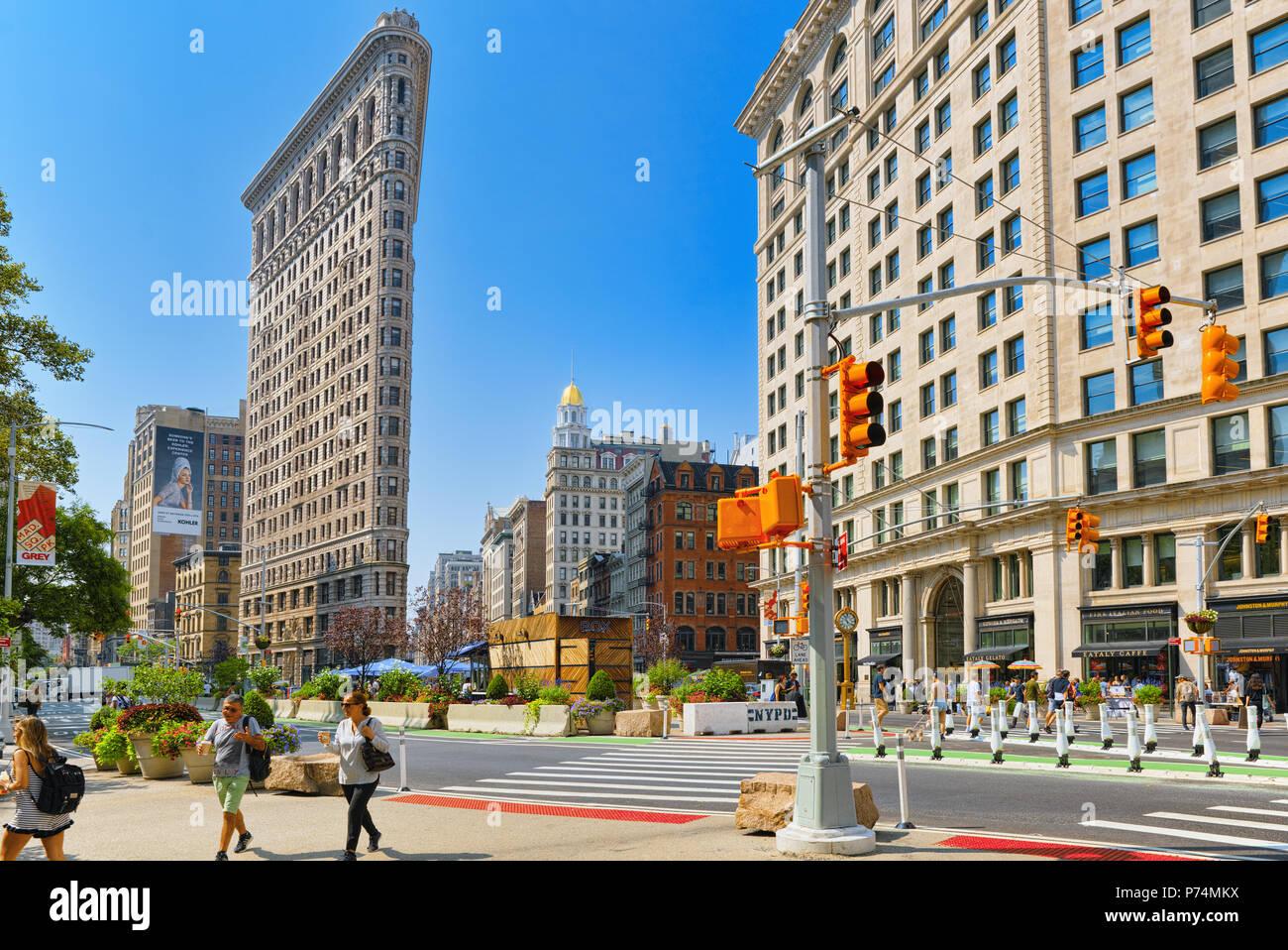 New York, Stati Uniti d'America - 05 Settembre 2017 : Flatiron Building sulla Quinta Avenue vicino Madison Square Park. Vedute urbane di New York. Street, cittadini e turisti su Immagini Stock