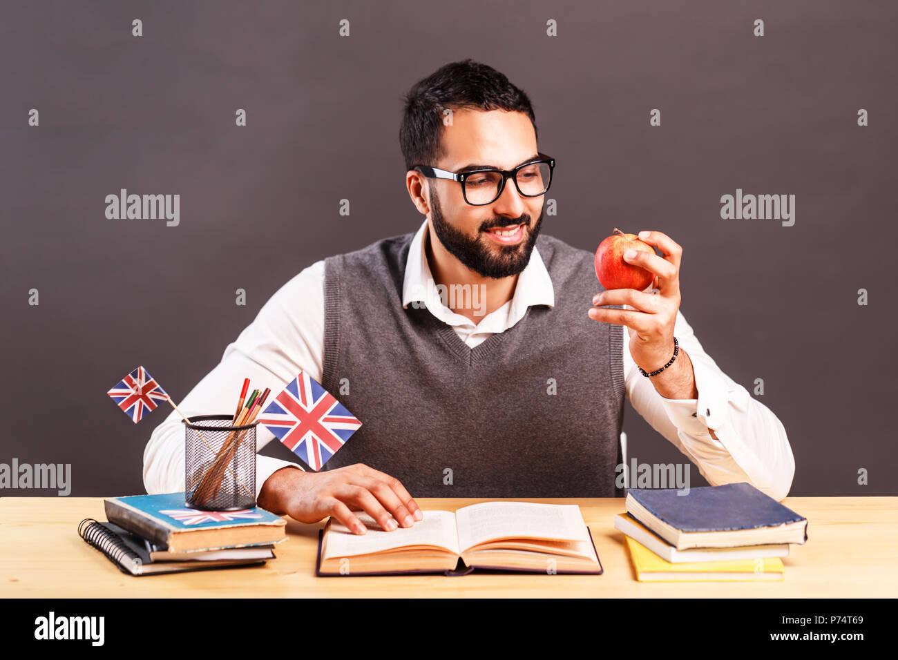Ufficio Scrivania In Inglese : Bel uomo in grigio giubbotto di occhiali e di mettere in pratica le