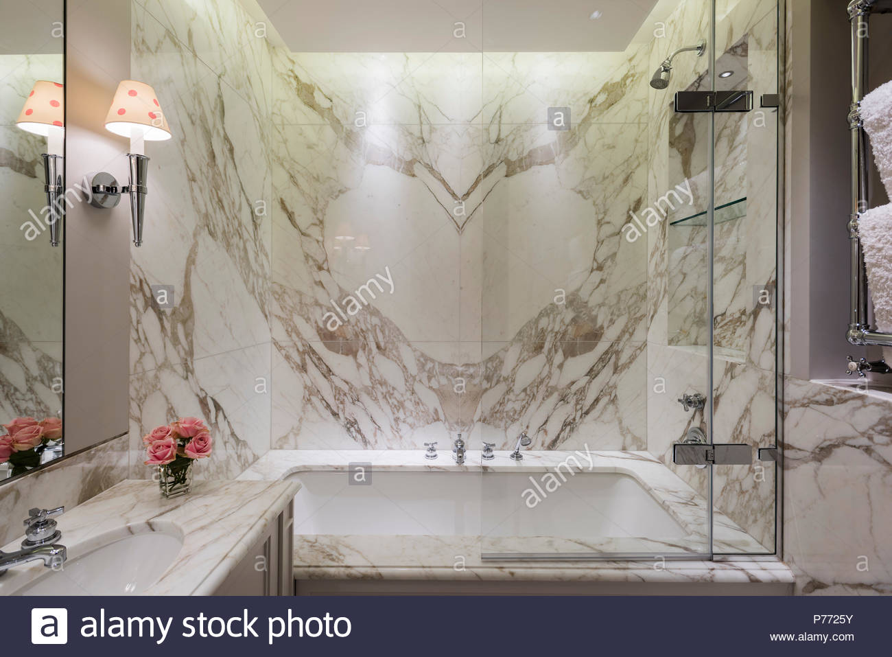 Plafoniere Da Parete Per Bagno : Accesa lampada da parete nella stanza bagno in marmo con doccia