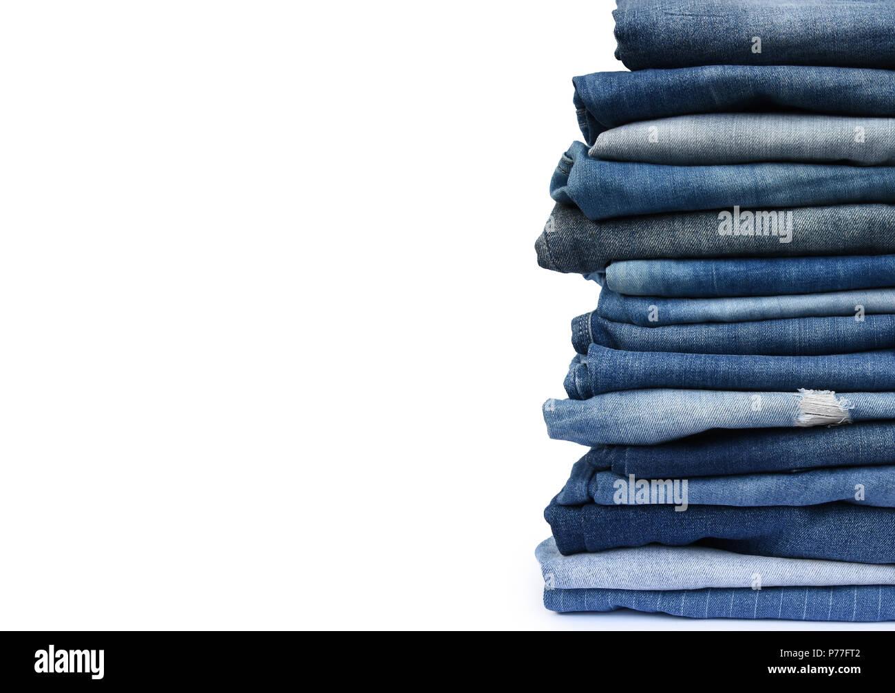 Pacco diverse pantaloni blu, con texture jeans isolato su