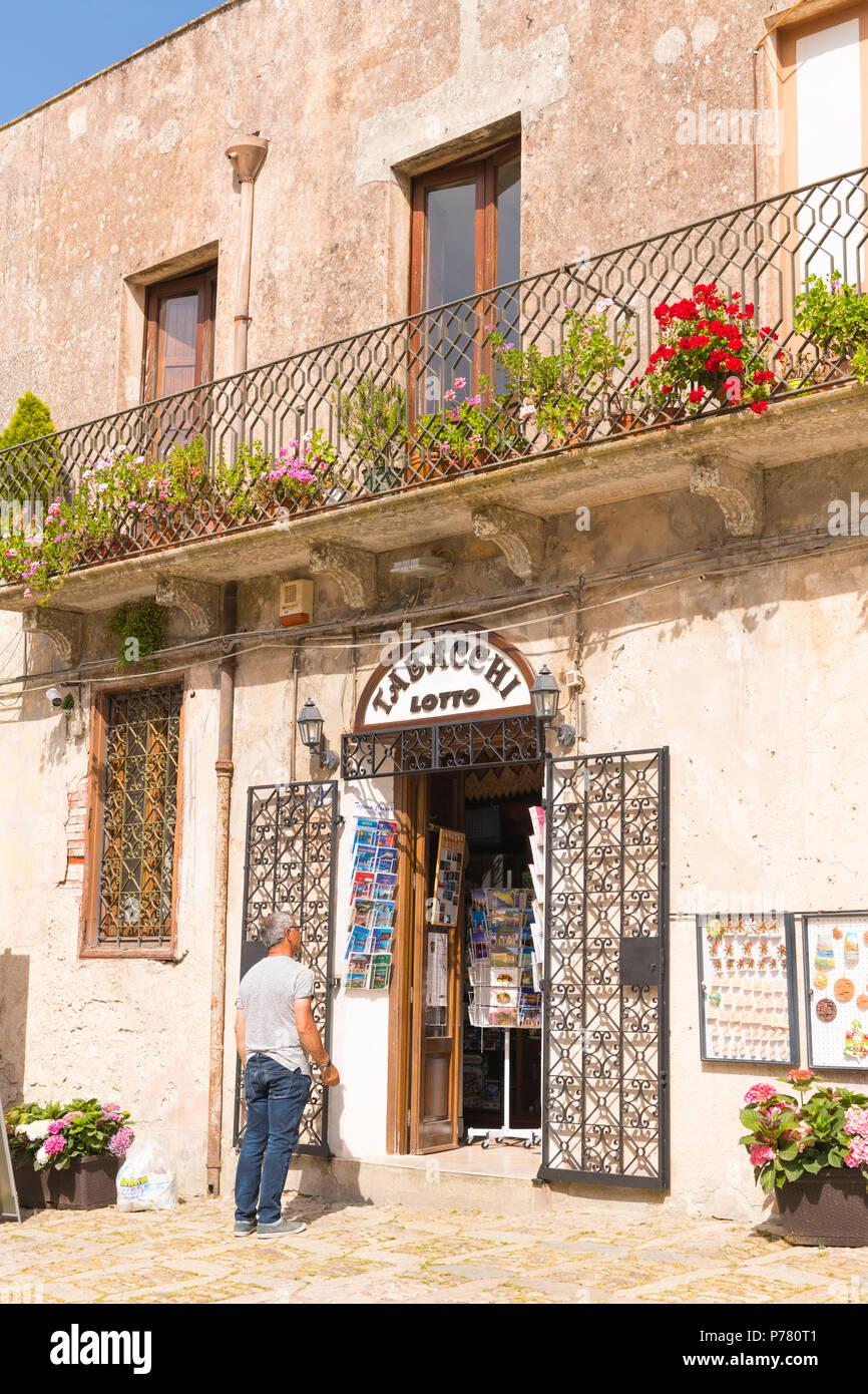 Sicilia Italia borgo medievale cinto da mura, Erice sul Monte San Giuliana il culto di Venere Ericina street scene shop store Tobacchi tabacchi Lotto lotteria balcone Immagini Stock