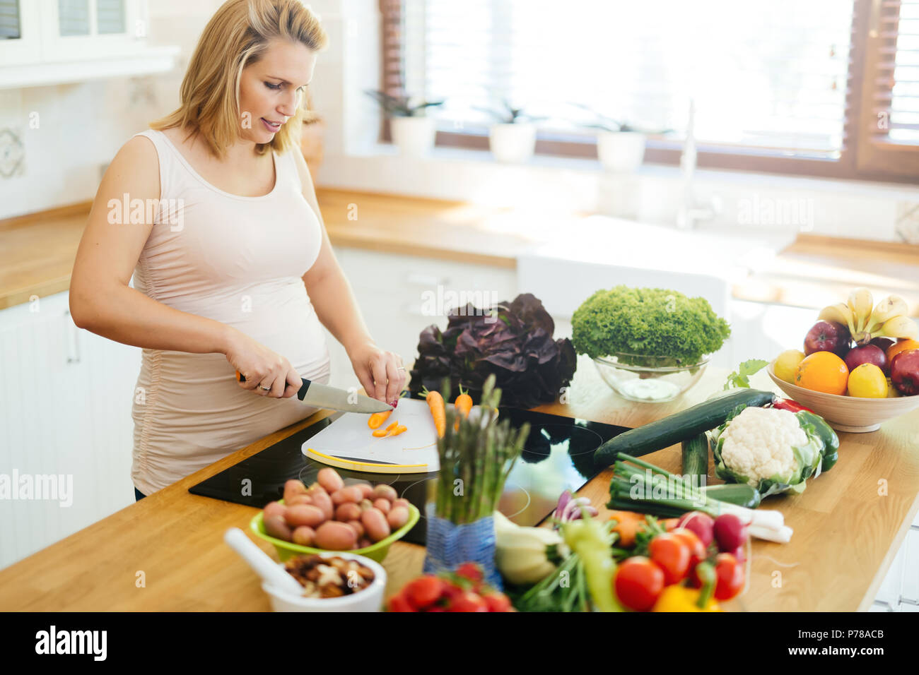 Donna incinta mangiare sano Foto Stock