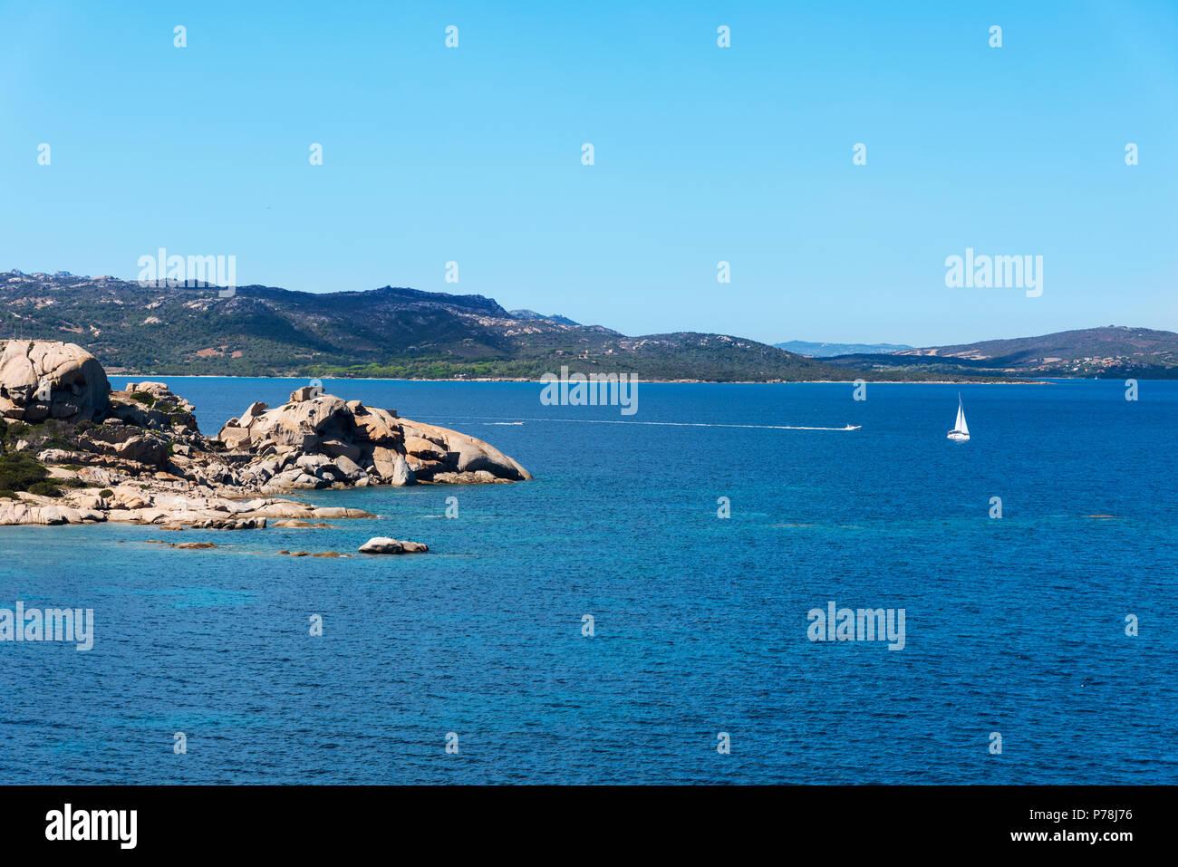 Una vista del mare Mediterraneo e un gruppo di formazioni rocciose in una tranquilla spiaggia della costa di Baja Sardinia, nella famosa Costa Smeralda, Sardegna, Immagini Stock