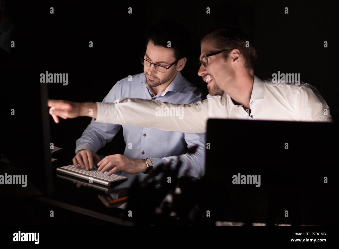 Close up.due dipendenti lavorano di sera Immagini Stock