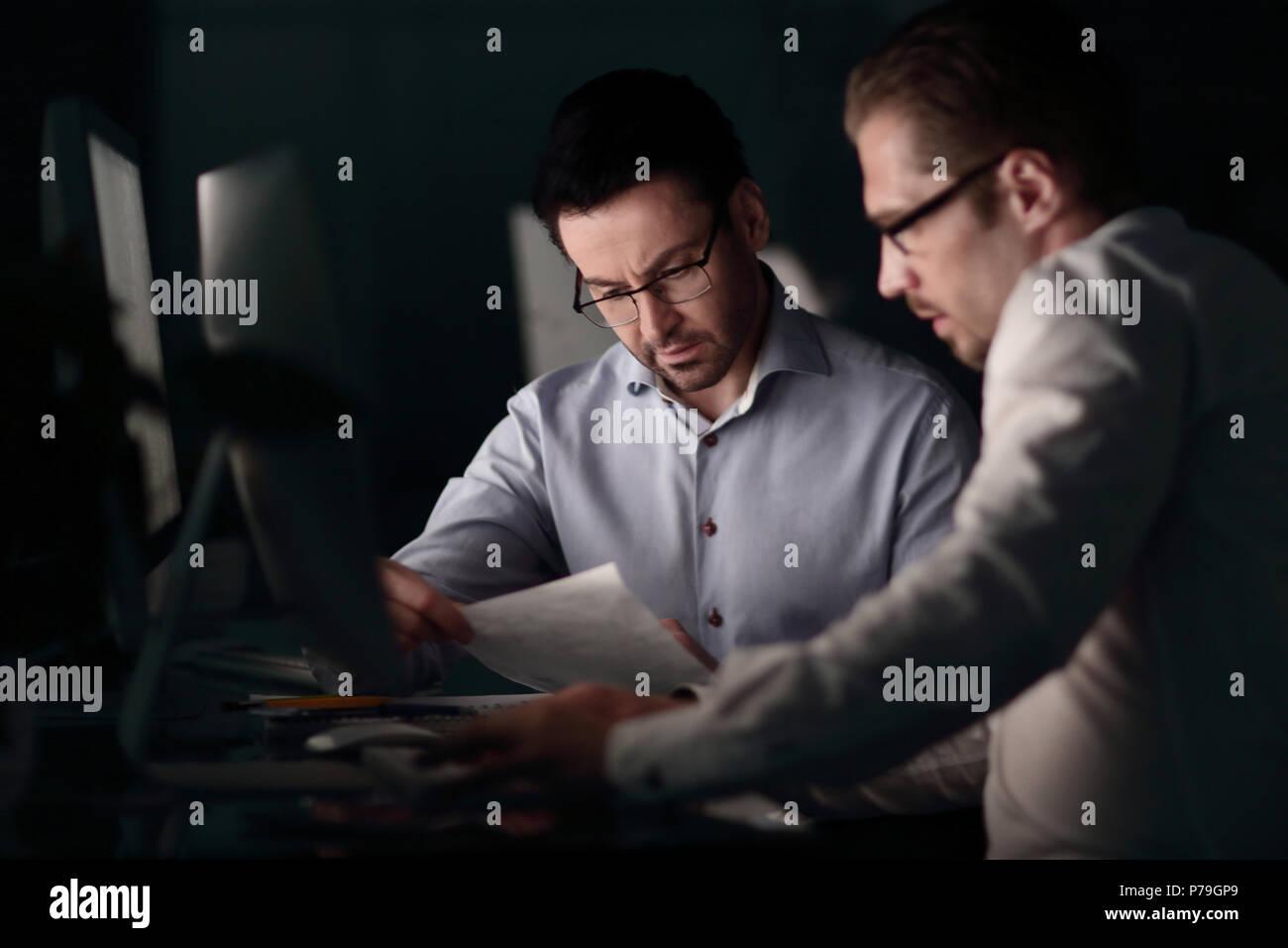 I dipendenti sul posto di lavoro le ore di lavoro straordinario. Immagini Stock