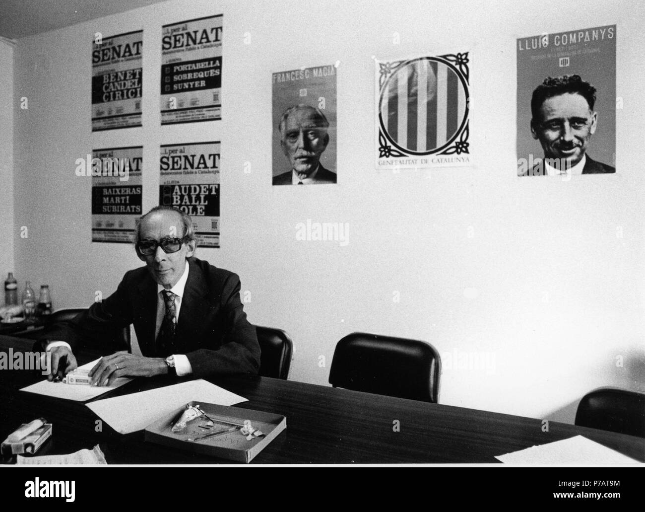 Josep Benet, en su despacho, candidato al Senado en las primeras elecciones democráticas en 1979. Foto Stock