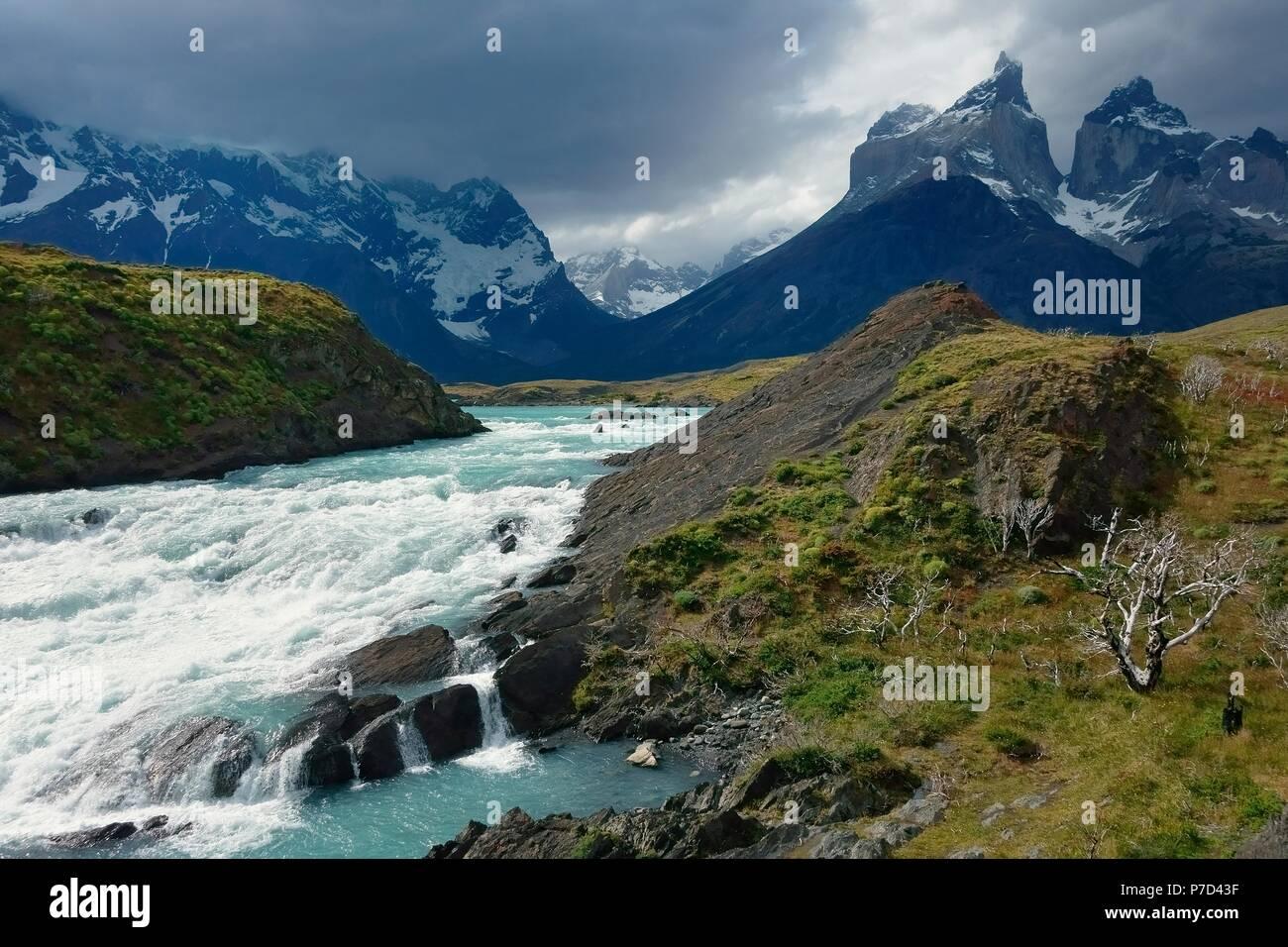 Al Salto Grande del Rio Paine, cime di Cuernos del Paine sul retro, Parco Nazionale Torres del Paine Immagini Stock