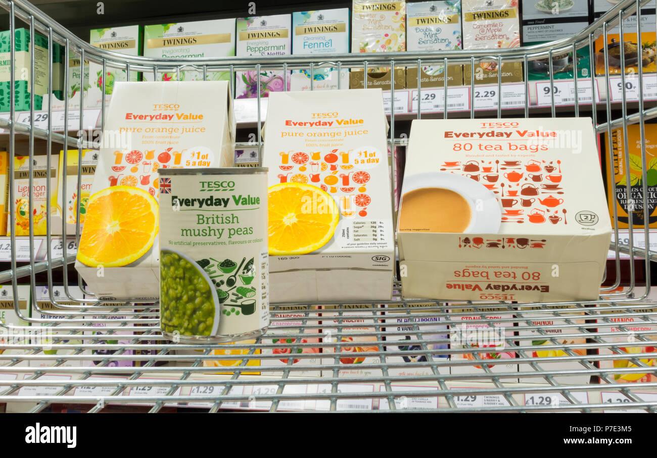 Tesco tutti i giorni del valore dei prodotti nel carrello della spesa nel supermercato Tesco. Regno Unito Immagini Stock