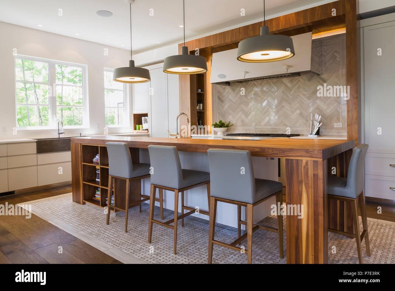 Il legno di noce Isola per cucina in una lussuosa casa contemporanea ...