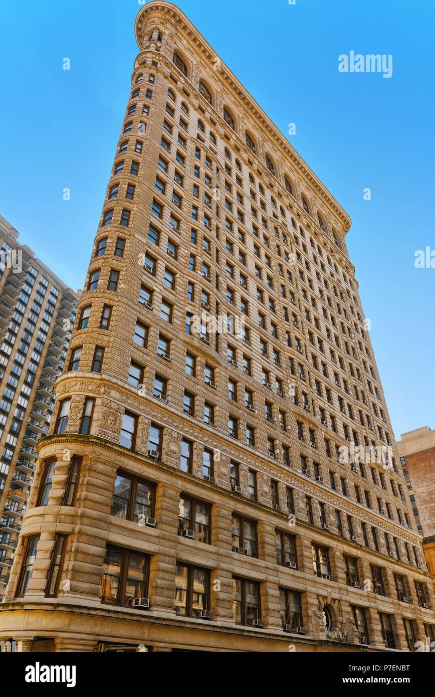 New York, Stati Uniti d'America - 14 Agosto 2017 : Flatiron Building sulla Quinta Avenue vicino Madison Square Park. Vedute urbane di New York. Street, cittadini e turisti su di esso. Immagini Stock