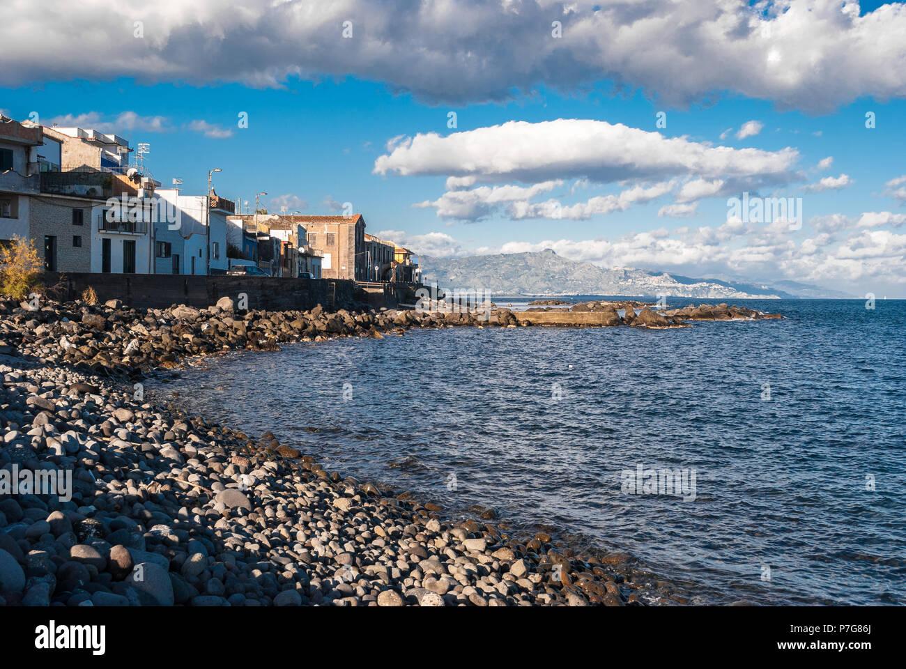 Il piccolo villaggio sul mare di Torre Archirafi (Catania) con la sua tipica spiaggia rocciosa Immagini Stock