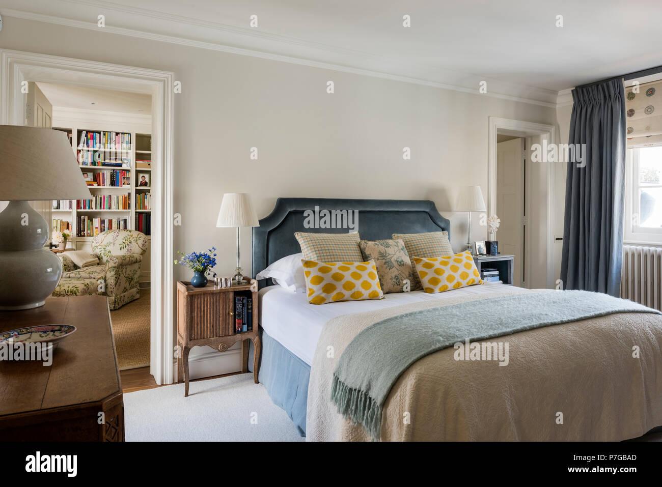 In stile country camera da letto Foto & Immagine Stock: 211187157 ...