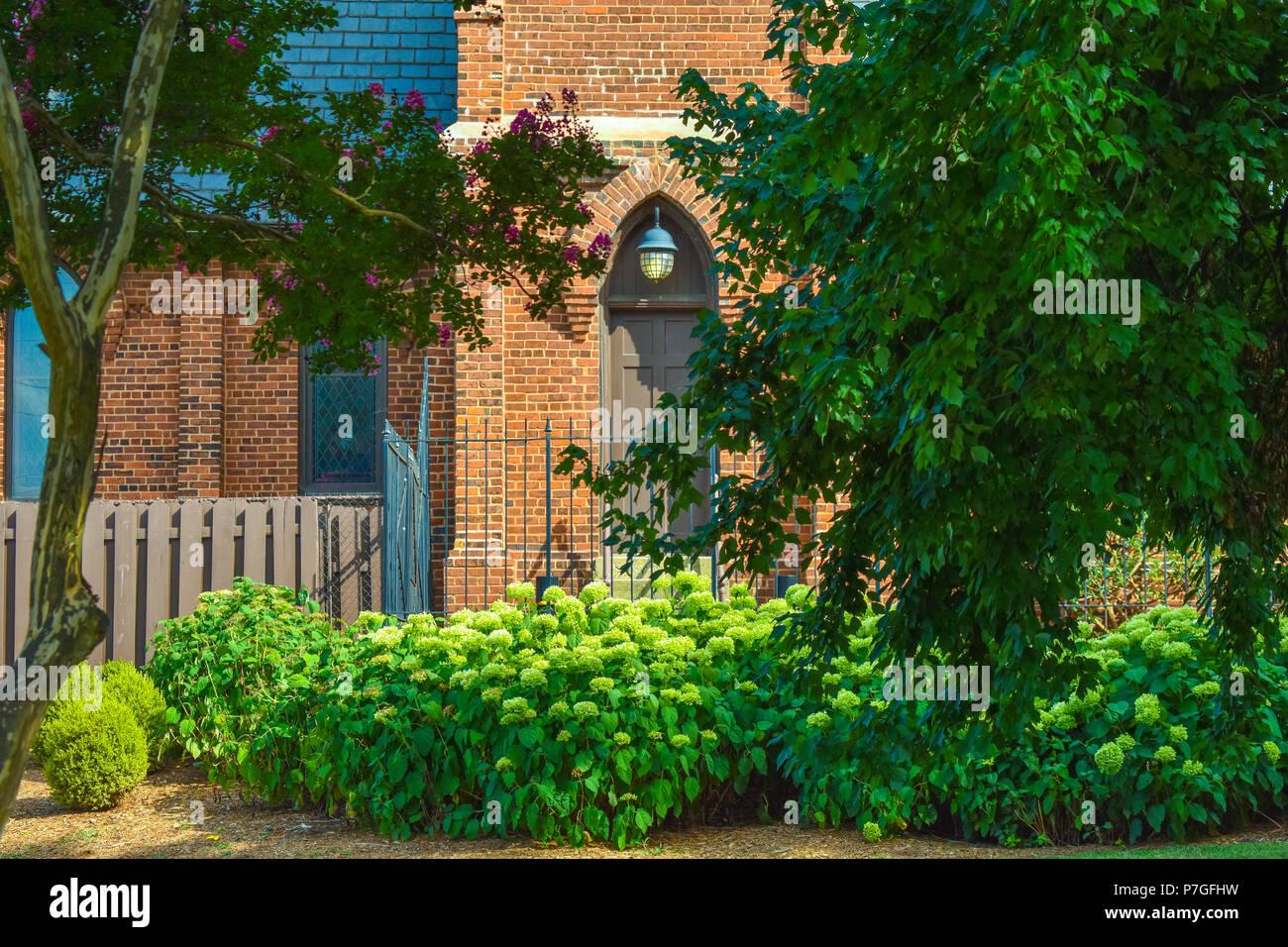 Lampadario Allaperto : Chiesa di mattoni archway allaperto con lampadario sopra le porte