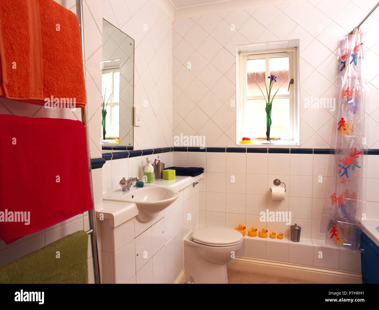 Bagni Piastrelle Bianche : In piastrelle bianche degli anni novanta bagno con asciugamani