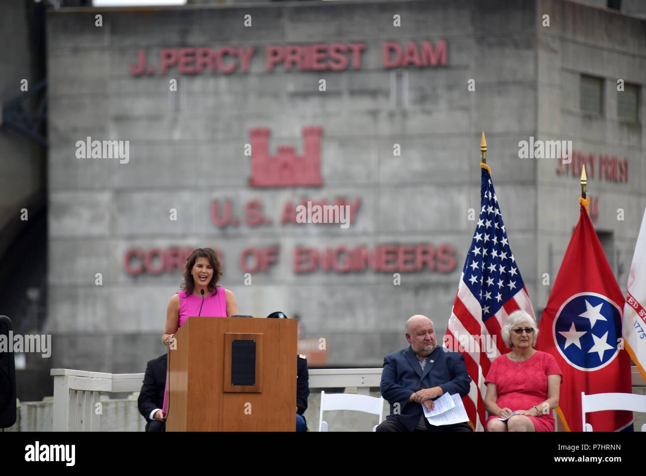 Il sindaco di Smirne Maria Esther Reed parla di impatto del progetto con la sua comunità durante il cinquantesimo anniversario di J. Percy Priest Dam e serbatoio presso la diga di Nashville, Tennessee, il 29 giugno 2018. (USACE Foto di Mark Rankin) Immagini Stock