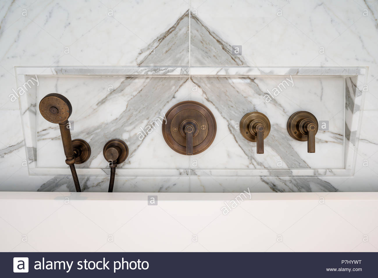 Vasca Da Bagno Metallo : Rubinetti di metallo dalla vasca da bagno foto immagine stock