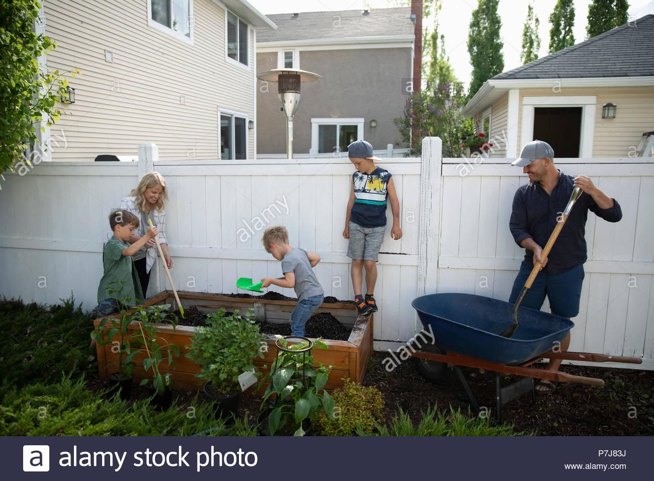 Famiglia giardinaggio in back yard Immagini Stock