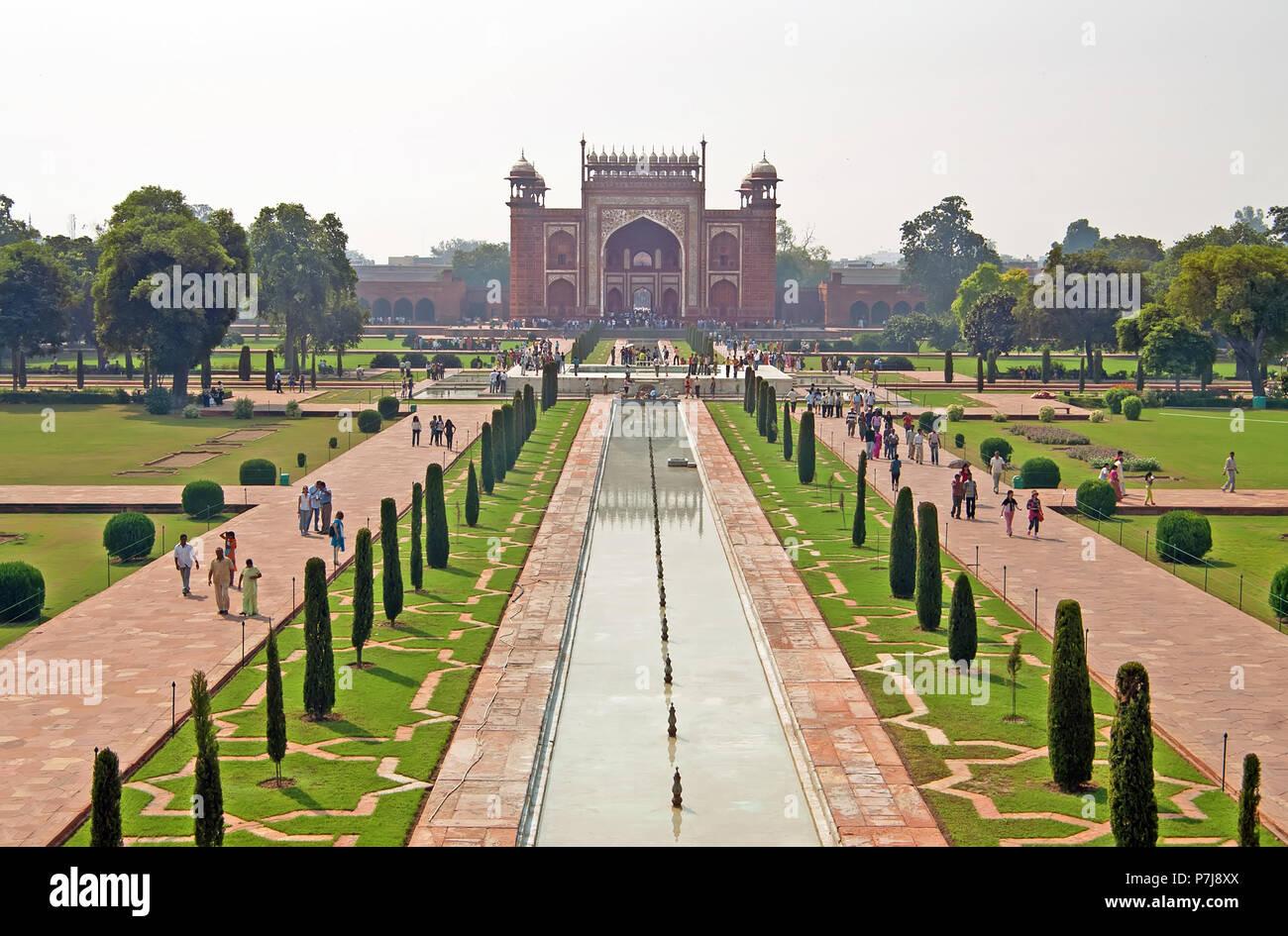 AGRA, India - 18 ottobre 2008: vista su ingresso al Taj Mahal complesso in Agra, India. Esso è stato commissionato nel 1632 dall'imperatore Mughal Immagini Stock