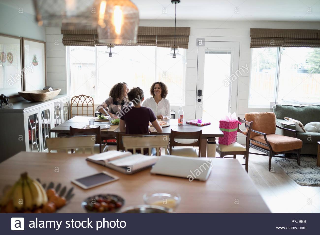 La madre e le figlie gustando un pranzo di compleanno Immagini Stock