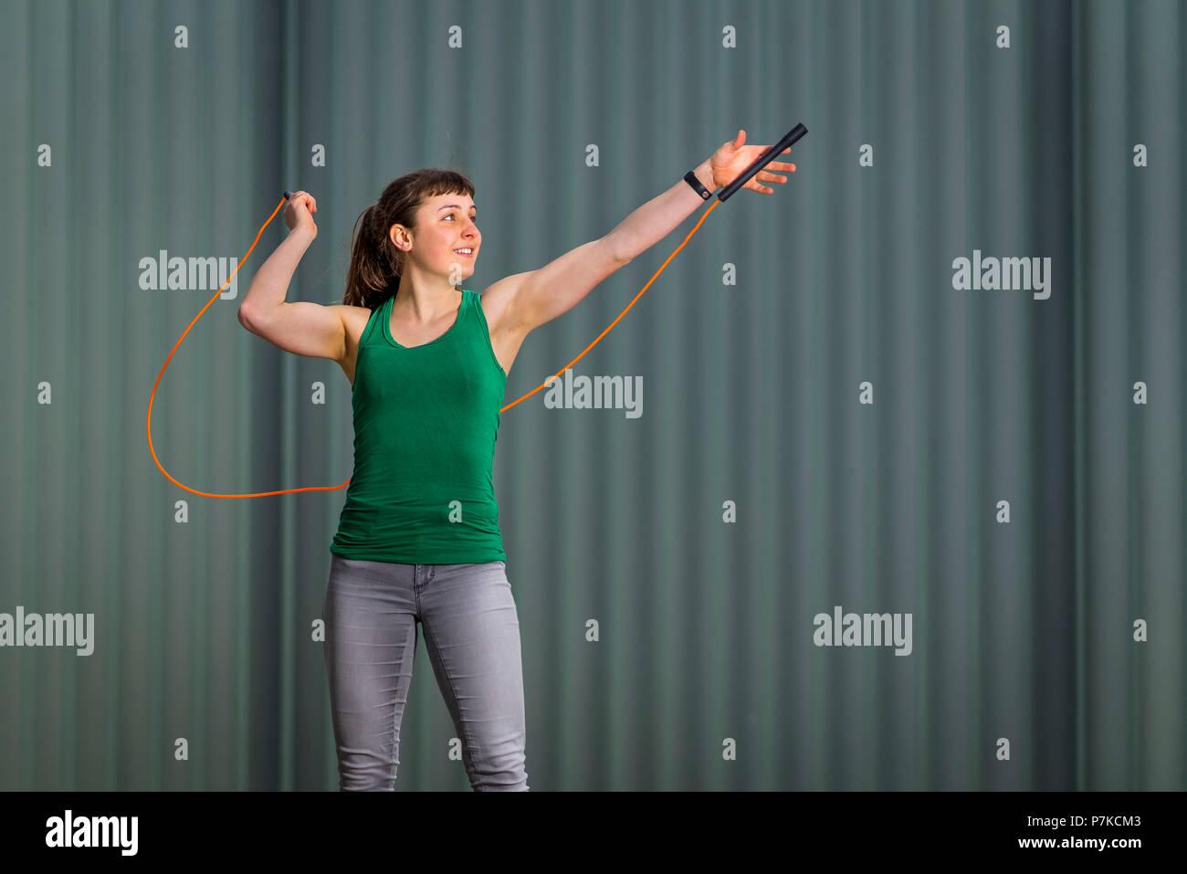 Adolescente salto con la corda, 18 anni, femmina, ambiente urbano Immagini Stock