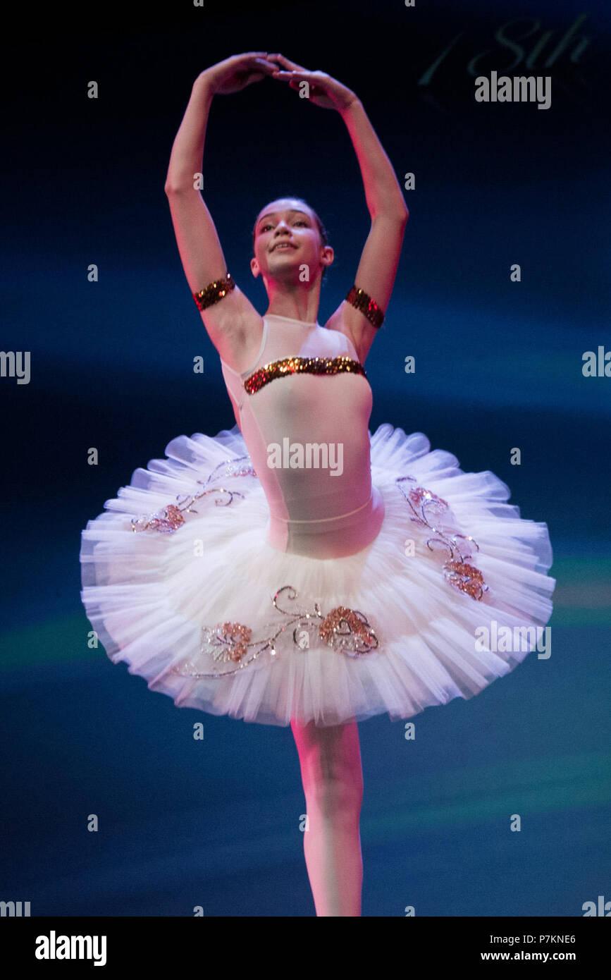 """Atene, Grecia. 6 Luglio, 2018. Foto scattata il 6 luglio 2018 mostra un premiato ballerino del Athens xviii internazionali di balletto e danza contemporanea la concorrenza di eseguire la sua parte al Centro Culturale """"Cosmo ellenica' ad Atene, in Grecia. Il concorso ha attirato professionisti e dilettanti di danzatori provenienti da tutto il mondo al fine di favorire lo scambio di tecniche ed esperienze. Credito: Christos Skyllakos/Xinhua/Alamy Live News Immagini Stock"""