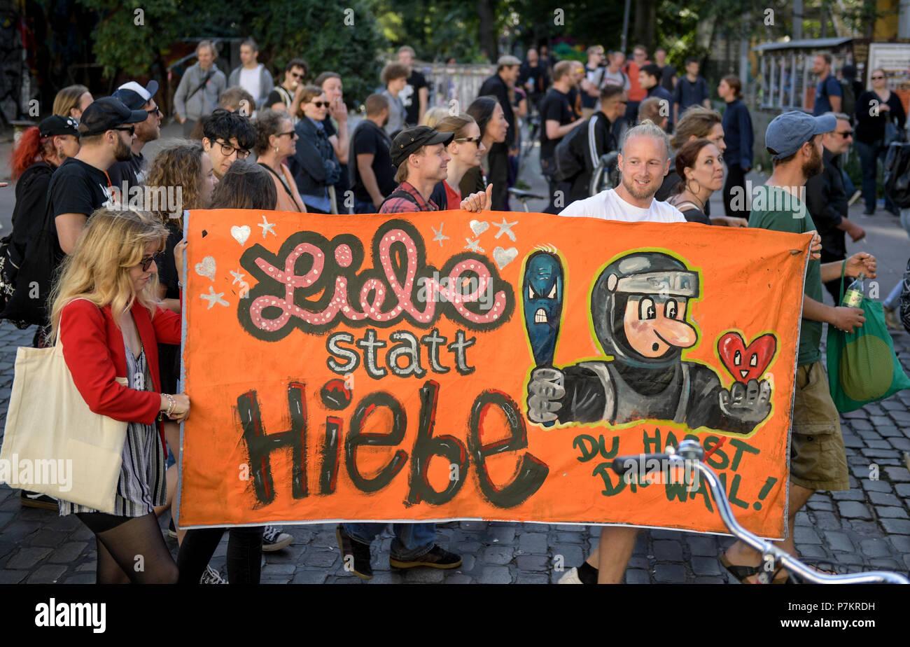 """Amburgo, Germania. 07 Luglio, 2018. I manifestanti per strada un anno dopo il vertice del G20, portante una lettura del segno """"Liebe statt Hiebe' (lit. """"L'amore non violenza'). La dimostrazione viene eseguito sotto lo slogan """"Solidarietà senza frontiere invece del G20'. Credito: Axel Heimken/dpa/Alamy Live News Immagini Stock"""