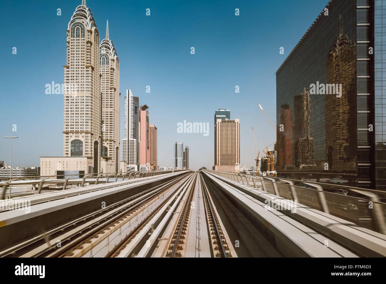 Metro le tracce in Sheikh Zayed Road, Dubai, Emirati Arabi Uniti Immagini Stock