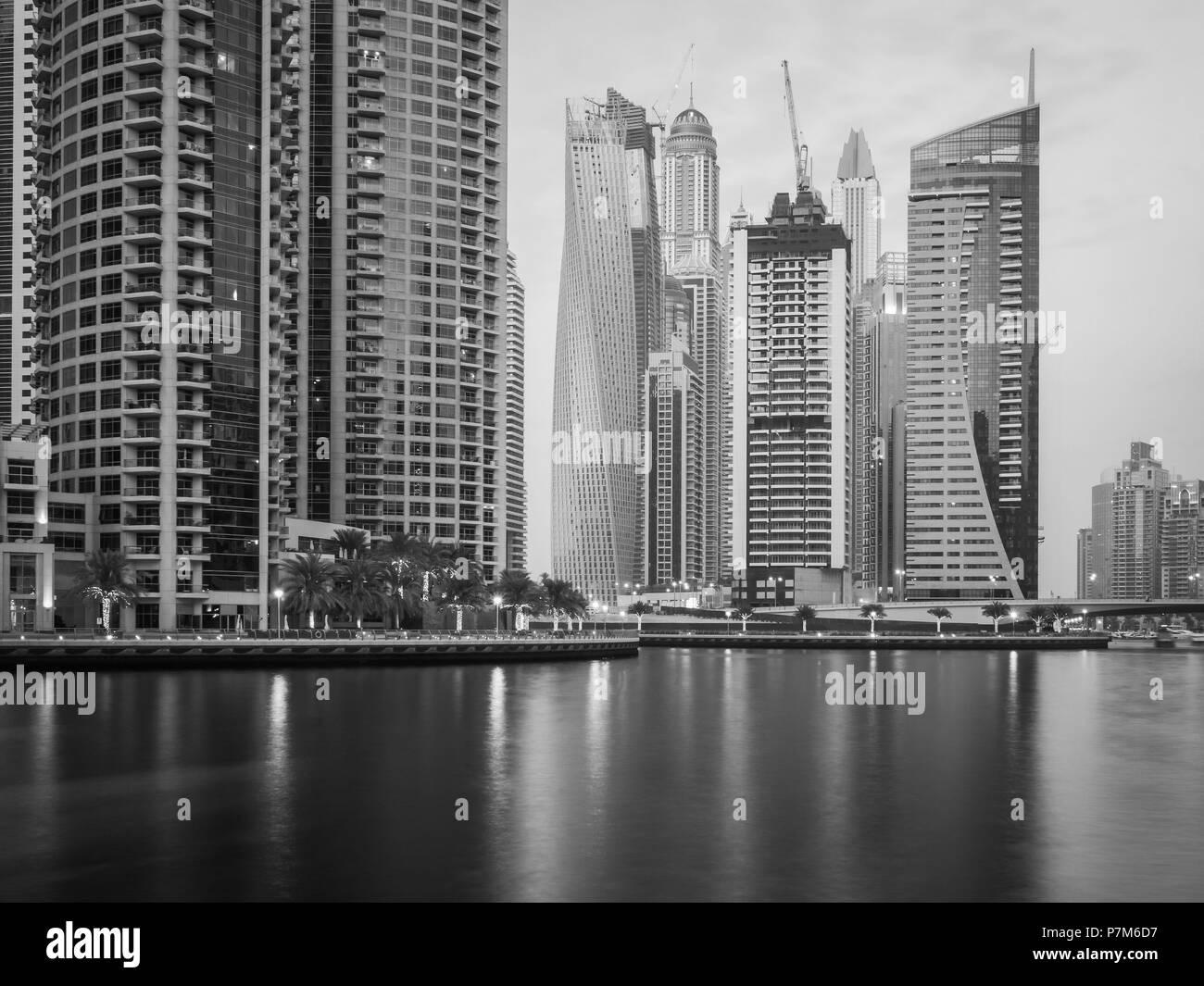 Panorama monocromatico di grattacieli a Marina di Dubai, Emirati Arabi Uniti Immagini Stock