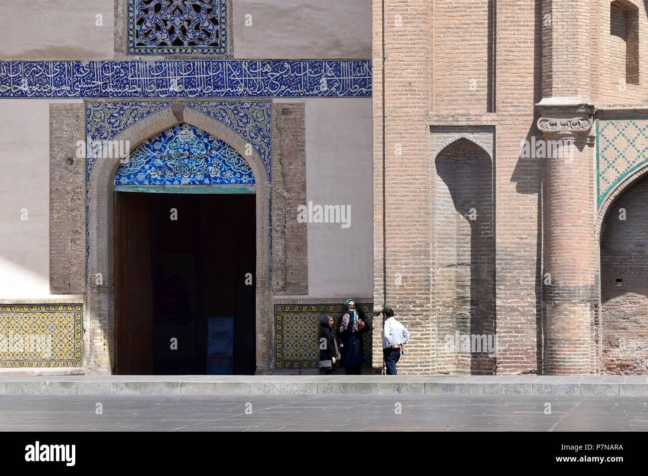 Il popolo iraniano dal grande cancello in tipico Silk Road iraniano e architettura islamica, Qazvin, Iran Immagini Stock