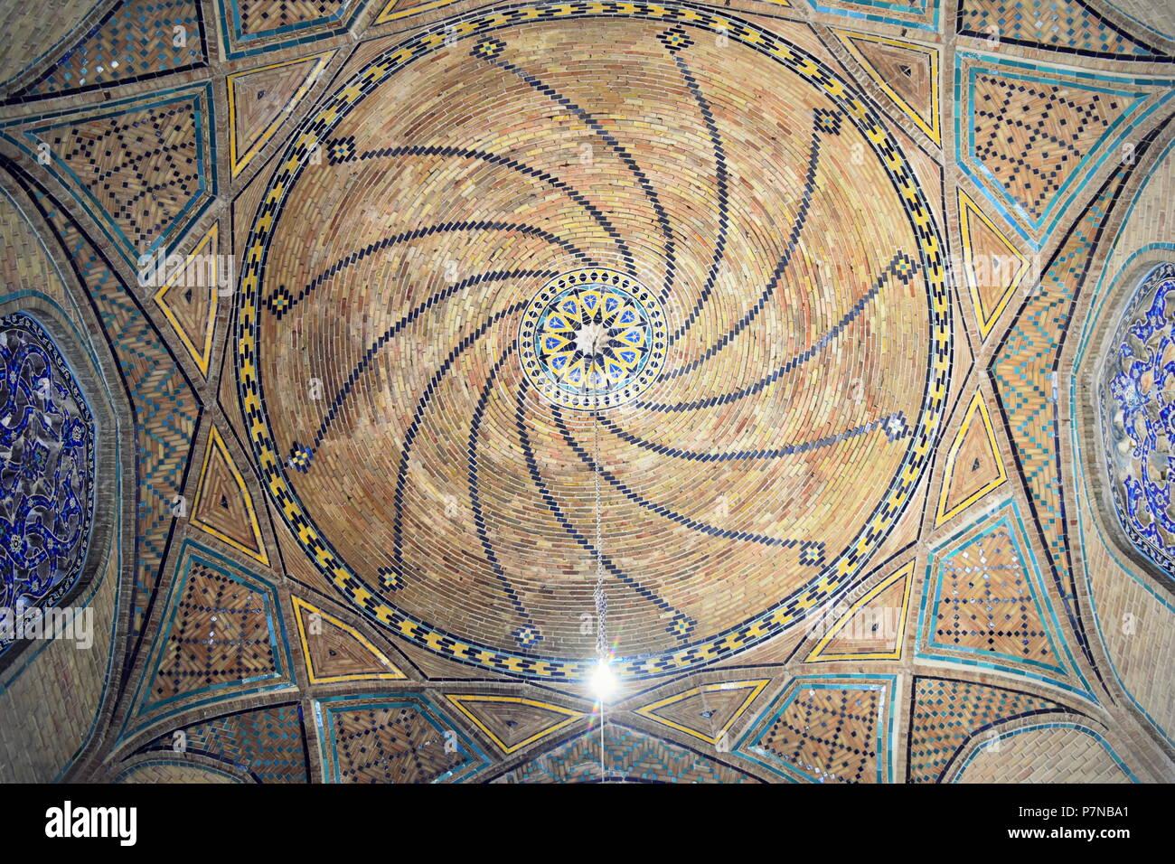 Architettura islamica cupola a spirale una decorazione sulla Via della Seta era Ali Qapu cancello di Qazvin, Iran Immagini Stock
