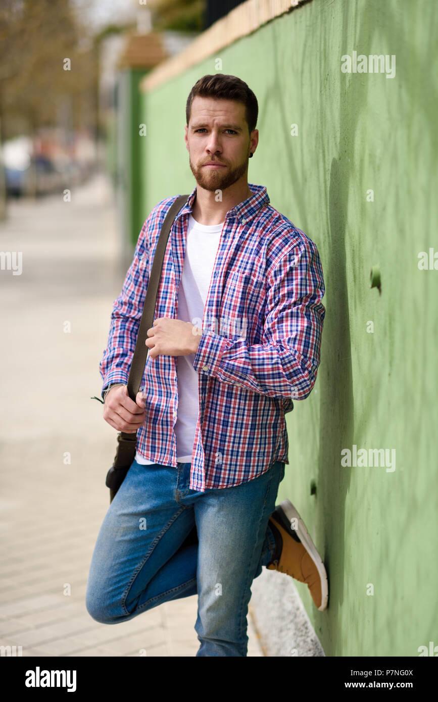 Uomo In Background Giovane Attraente Piedi UrbanoRagazzo CxsQthrd