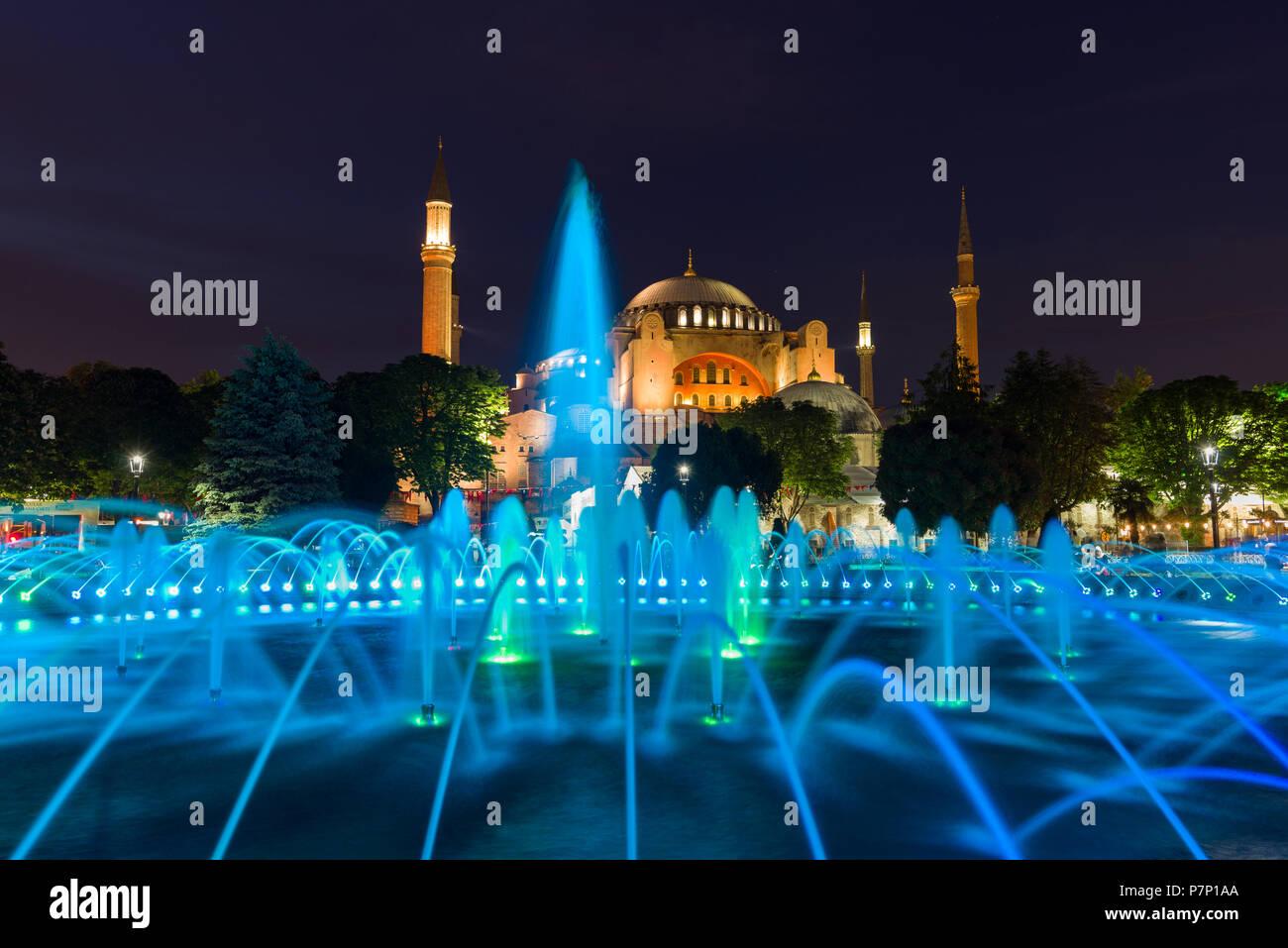 Il sultano Ahmad Maydan fontana illuminata con il Museo Hagia Sophia in background al crepuscolo, Istanbul, Turchia Immagini Stock