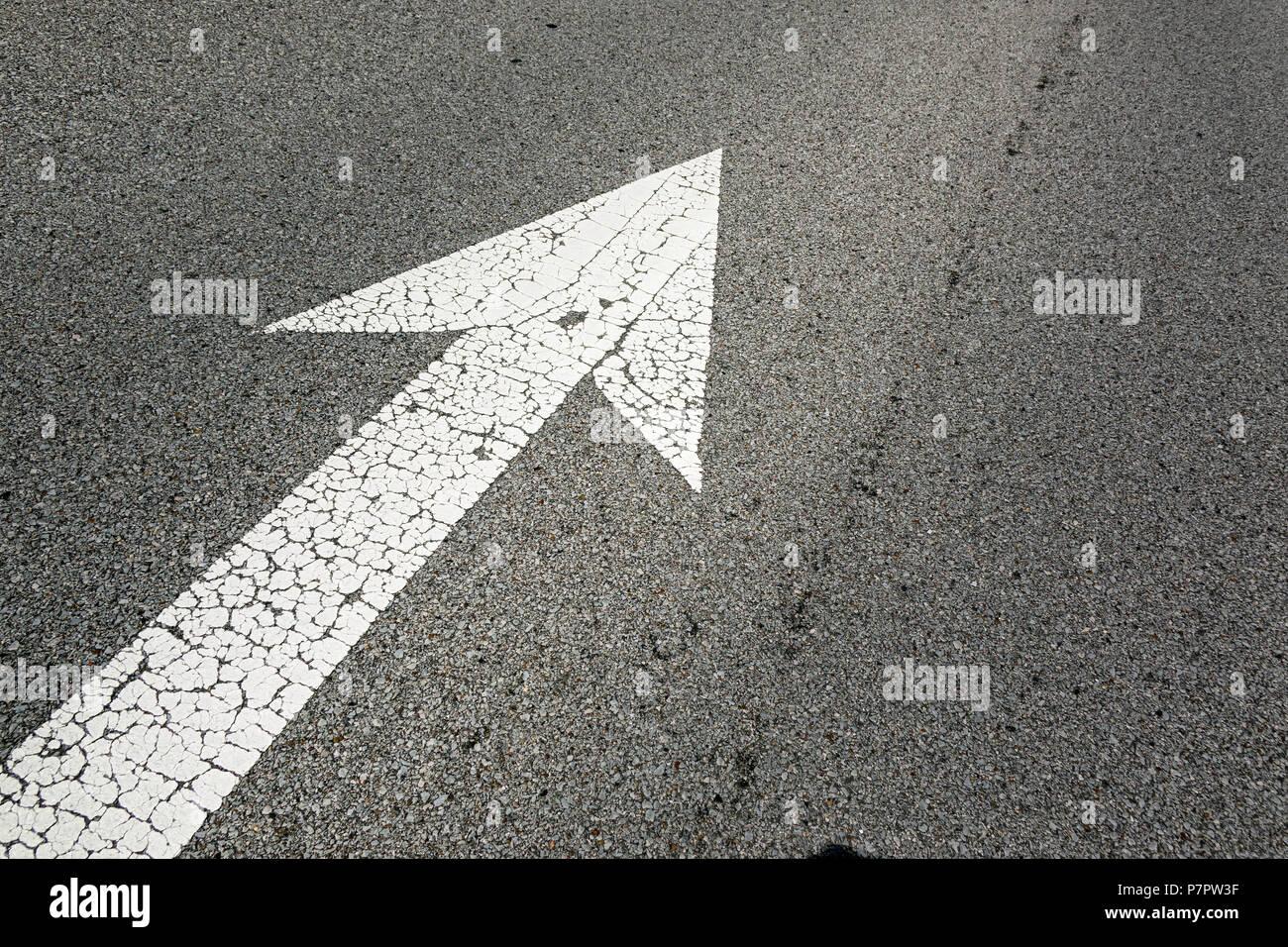 L'immagine di un segno di freccia sulla strada Immagini Stock