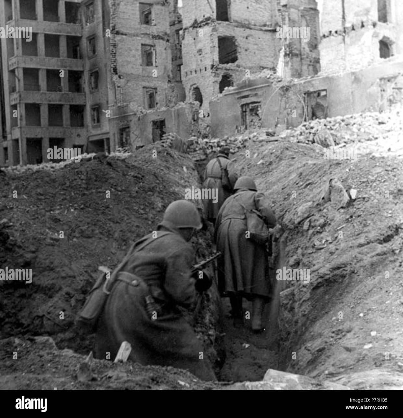 Italiano: soldati sovietici della Sessantaduesima armata in azione nelle rovine di Stalingrado . Dicembre 1942 10 62. armata a Stalingrado Foto Stock