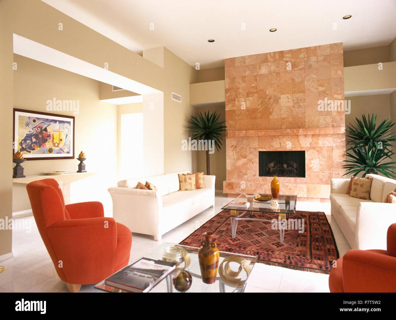 Divani Bianchi Moderni : Red poltrone e divani bianchi in soggiorno moderno con pavimenti