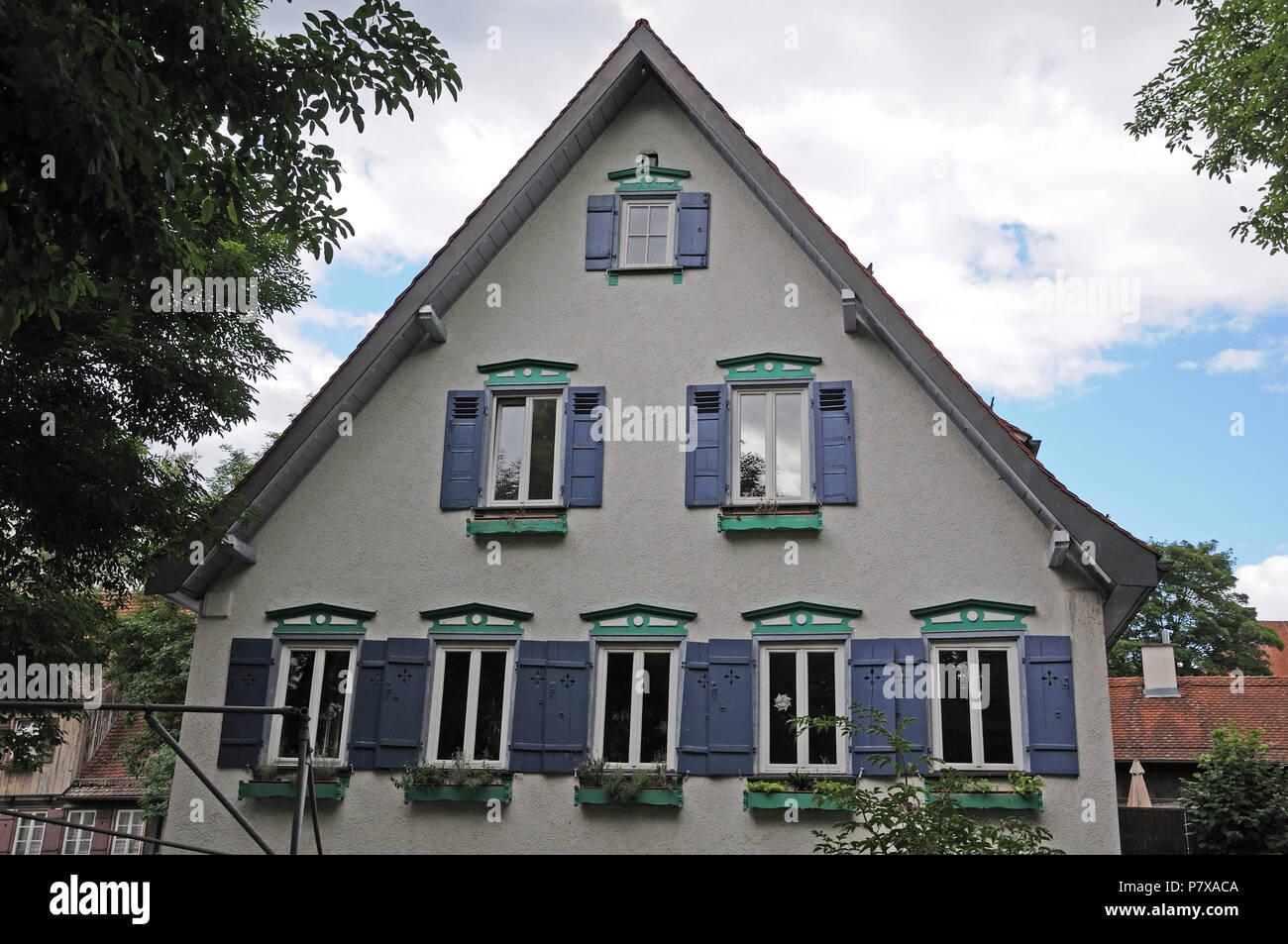 Fioriere Per Persiane ~ Casa con persiane in legno di colore blu e verde dipinto di