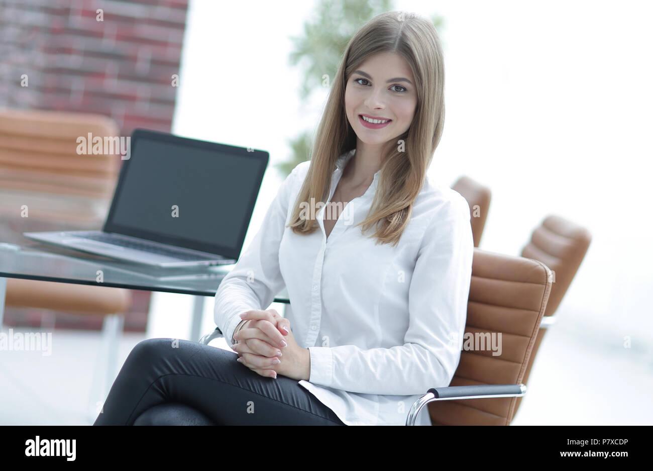 Ritratto del moderno business donna seduta su una sedia Immagini Stock