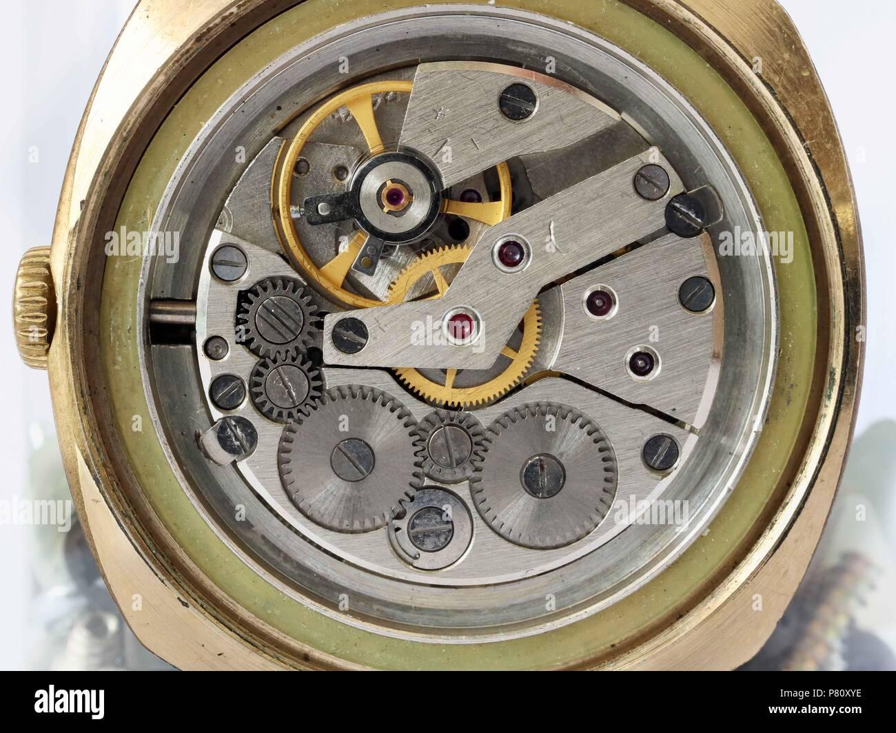 Difettoso ingranaggi sporchi da vecchi orologi da polso meccanici dal ventesimo secolo. Studio di ripresa macro Immagini Stock
