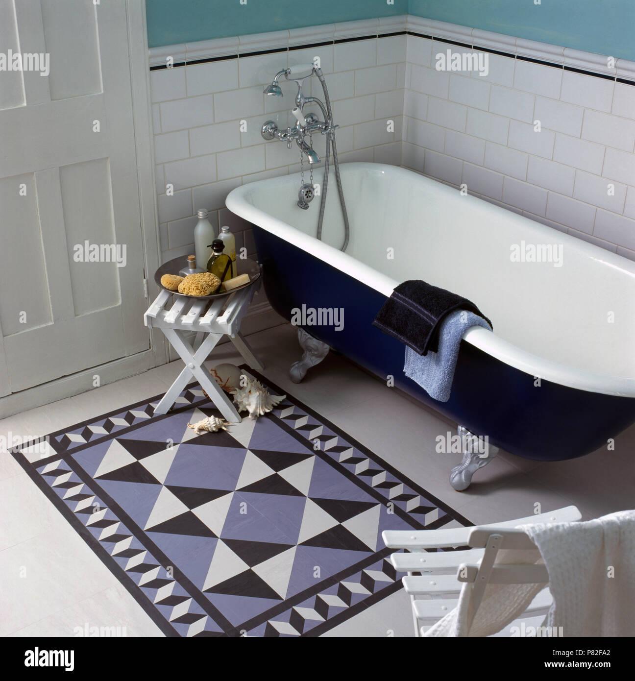 Dipinto di tappetino accanto a roll top bagno in una economia di ...