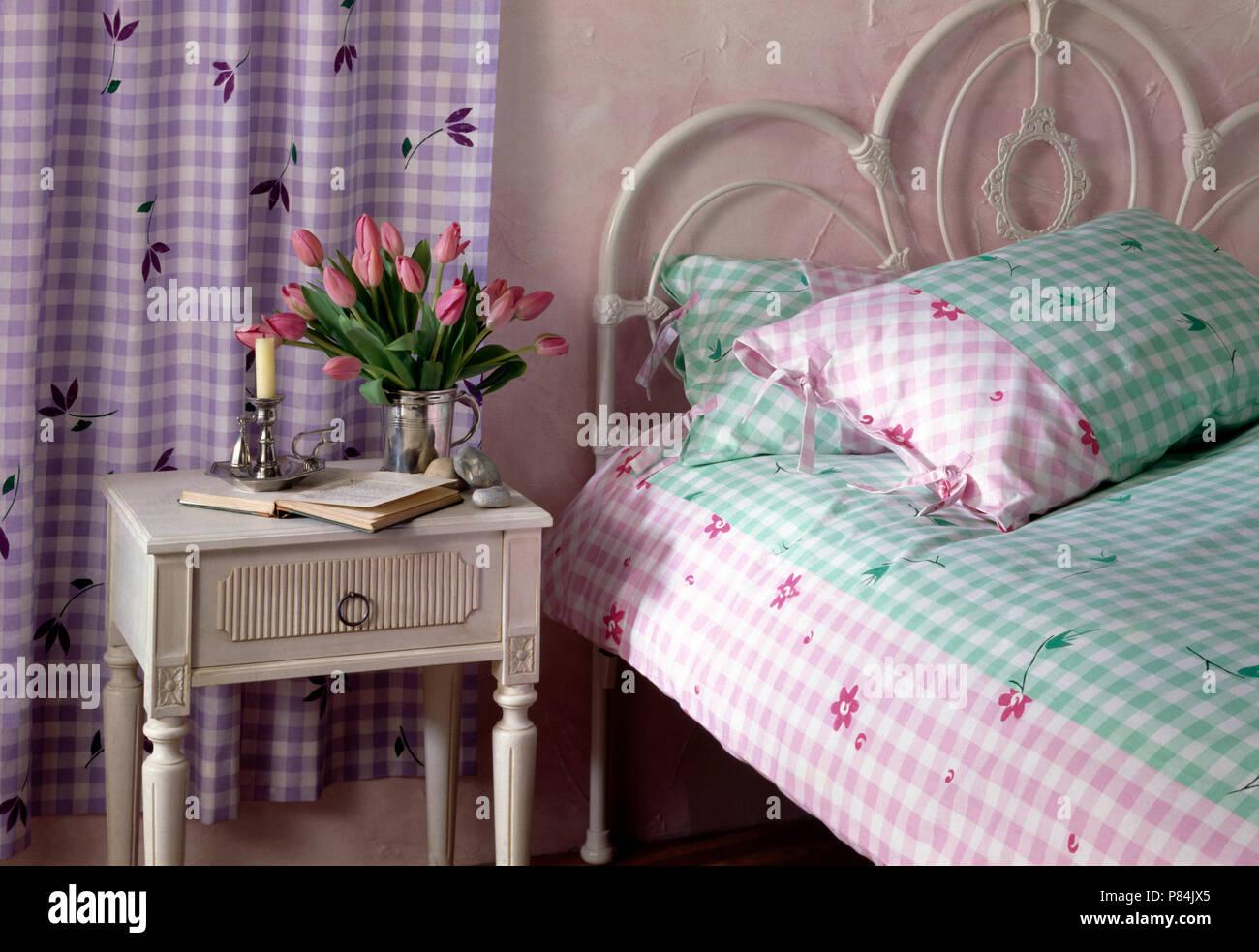 Camera Da Letto Verde E Rosa : Di colore rosa e verde cuscino controllati e piumone bianco sul