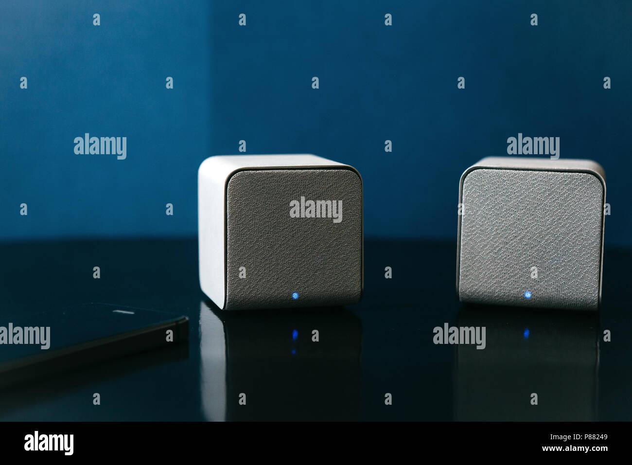 Altoparlanti Wireless E Un Telefono Cellulare Accanto A Loro Su Uno